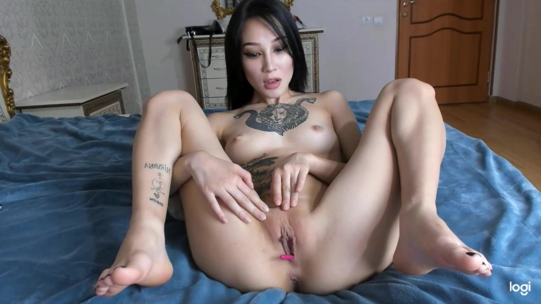 Asian pussy play
